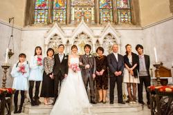 挙式の後の、主祭壇でのご親族と共に記念撮影!
