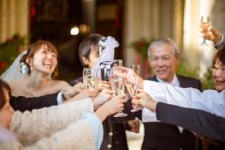 挙式後の乾杯のスプマンテ(イタリア産発泡酒)で、「salute!!」= サルーテ:乾杯